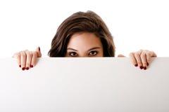 Junge Geschäftsfrau mit weißem Vorstand Stockfotografie