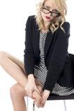 Junge Geschäftsfrau mit wunden Füßen Stockbilder