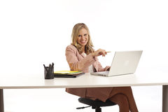 Junge Geschäftsfrau am Schreibtisch lizenzfreies stockbild