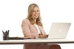 Junge Geschäftsfrau am Schreibtisch lizenzfreie stockfotografie