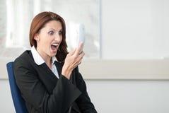 Junge Geschäftsfrau schreit in das Telefon Lizenzfreie Stockfotografie