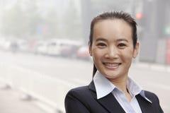 Junge Geschäftsfrau Smiling und Betrachten der Kamera Lizenzfreies Stockbild