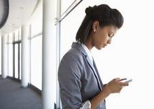 Junge Geschäftsfrau Standing In Corridor des modernen Büros Buildi Stockbild