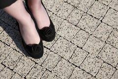 Junge Geschäftsfrau stehende Frauenaufwartung Stockbilder