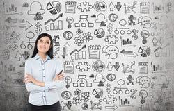 Junge Geschäftsfrau sucht nach der besten Lösung für den Prozess der wirtschaftlichen Entwicklung lizenzfreie stockfotografie