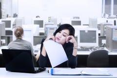 Junge Geschäftsfrau Tired lizenzfreies stockbild