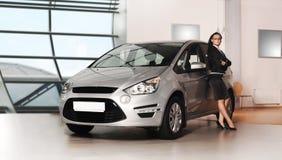 Junge Geschäftsfrau und Silber-Mehrzweckfahrzeug Lizenzfreies Stockbild