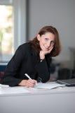 Junge Geschäftsfrau unterzeichnet Vertrag Lizenzfreie Stockfotos