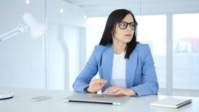 Junge Geschäftsfrau Upset im Ärger, der beiseite schaut Stockfoto