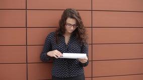 Junge Geschäftsfrau war nach dem Ablesen der Dokumente überrascht, die nahes Büro stehen stock video footage