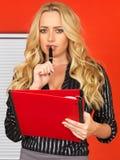 Junge Geschäftsfrau, welche die Kenntnisse halten roten Ordner nimmt Lizenzfreie Stockbilder