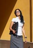 Junge Geschäftsfrau, welche die Sonne genießt Stockfoto