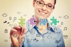 Junge Geschäftsfrau-Zeichnungs-Geschäftsstrategiekonzepte Lizenzfreie Stockfotos