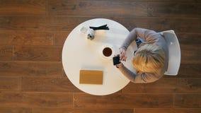 Junge Geschäftsfrauen, die Handytextnachricht während des Restes in der Kaffeestube blockieren Lizenzfreie Stockbilder