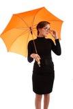 Junge Geschäftsfrauen mit Regenschirm Stockfotos