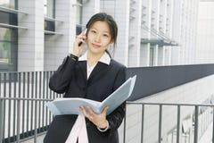 Junge Geschäftsfrauen woth Datei stockfoto