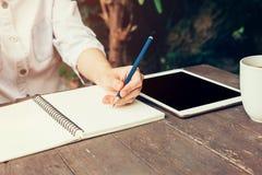 Junge Geschäftsfrauhand mit Bleistiftschreiben auf Notizbuch Frau Lizenzfreies Stockbild