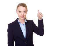 Junge Geschäftsfraushow mit dem Daumen oben Lizenzfreie Stockbilder