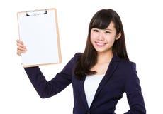 Junge Geschäftsfraushow mit dem Klemmbrett Lizenzfreie Stockfotos