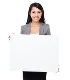 Junge Geschäftsfraushow mit weißem Brett Lizenzfreie Stockfotografie