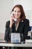 Junge Geschäftsfrautelefone Stockfotos