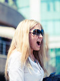 Junge Geschäftsfrauvertretung Lizenzfreie Stockbilder