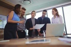 Junge Geschäftskollegen, die in metting Raum sich besprechen lizenzfreie stockfotografie