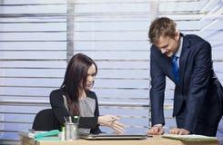 Junge Geschäftskollegen, die zusammenarbeiten Lizenzfreie Stockbilder