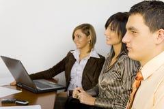 Junge Geschäftsleute bei der Arbeit Lizenzfreies Stockfoto