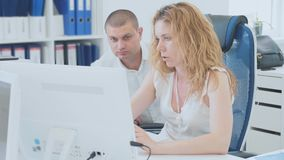 Junge Geschäftsleute, die Computer im Büro verwenden stock video