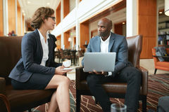 Junge Geschäftsleute, die an der Kaffeestube sich treffen lizenzfreies stockbild