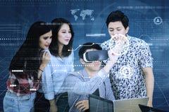 Junge Geschäftsleute, die einen virtuellen Knopf berühren lizenzfreie stockfotos