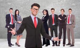 Geschäftsmann, der Sie zu seinem erfolgreichen Team begrüßt Stockbilder