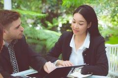 junge Geschäftsleute, die Sitzung machen und für das Analysieren des Marketings arbeitet im Büro auf Schreibtisch sprechen Stockbild