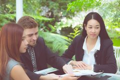 junge Geschäftsleute, die Sitzung machen und für das Analysieren des Marketings arbeitet im Büro auf Schreibtisch sprechen Stockfotografie