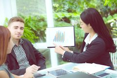 junge Geschäftsleute, die Sitzung machen und für das Analysieren des Marketings arbeitet im Büro auf Schreibtisch sprechen Lizenzfreies Stockfoto