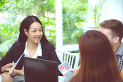 junge Geschäftsleute, die Sitzung machen und für das Analysieren des Marketings sprechen Stockfoto