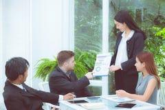 junge Geschäftsleute, die Sitzung machen und für das Analysieren des Marketings sprechen Stockfotos