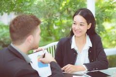 junge Geschäftsleute, die Sitzung machen und für das Analysieren des Marketings sprechen Stockbilder
