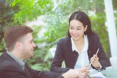 junge Geschäftsleute, die Sitzung machen und für das Analysieren des Marketings sprechen Lizenzfreie Stockfotografie