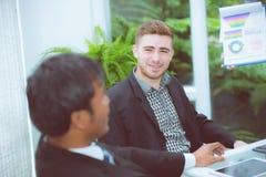 junge Geschäftsleute, die Sitzung machen und für das Analysieren des Marketings sprechen Lizenzfreie Stockfotos