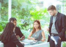 junge Geschäftsleute, die Sitzung machen und für das Analysieren des Marketings sprechen Lizenzfreie Stockbilder