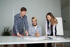 Junge Geschäftsleute glücklich mit neuem Vertrag Stockbild