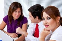 Junge Geschäftsleute im Büro Lizenzfreie Stockfotos