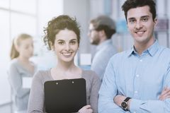 Junge Geschäftsleute im Büro stockbilder