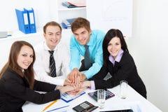 Junge Geschäftsleute im Büro Lizenzfreie Stockfotografie