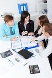 Junge Geschäftsleute im Büro Stockfotos