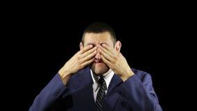 Junge Geschäftsmann-Gefühle, Abschluss Ihre Augen stock video footage