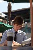 Junge Geschäftsmann-Lesezeitung lizenzfreies stockbild
