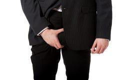 Junge Geschäftsmanngefühlsschmerz in seiner Gabelung Lizenzfreie Stockfotos